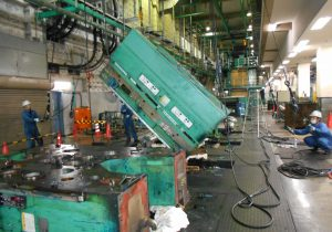 新聞輪転機解体作業